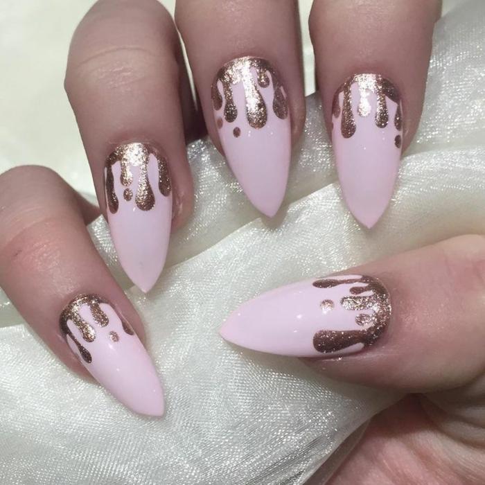 spitze gelnägel design idee rosa nagellack mit goldenen tropfen dekorationen schöne maniküre disignen