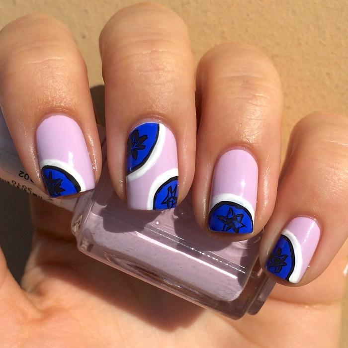 Lila mit Dunkelblau stilvoll kombinieren, schlichte Fingernägel mit toller Dekoration, coole Ideen für Sommerstimmung