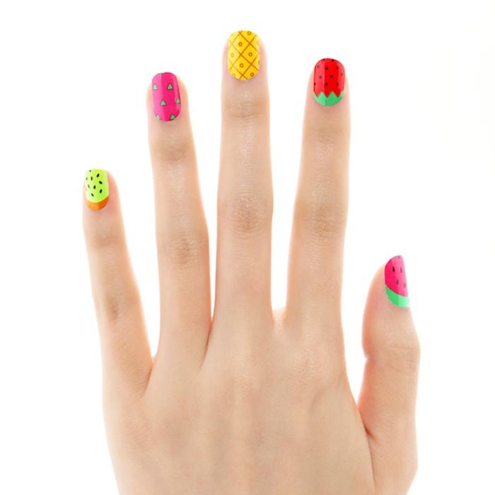 Maniküre in grellen Farben, jeder Fingernagel in verschiedener Farbe, Sommerideen