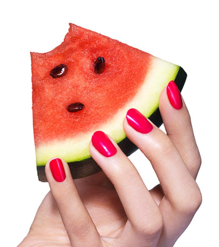 roter Nagellack, schöne Fingernägel, Ideen für Sommermaniküre, ein Stück Wassermelone als Hintergrund