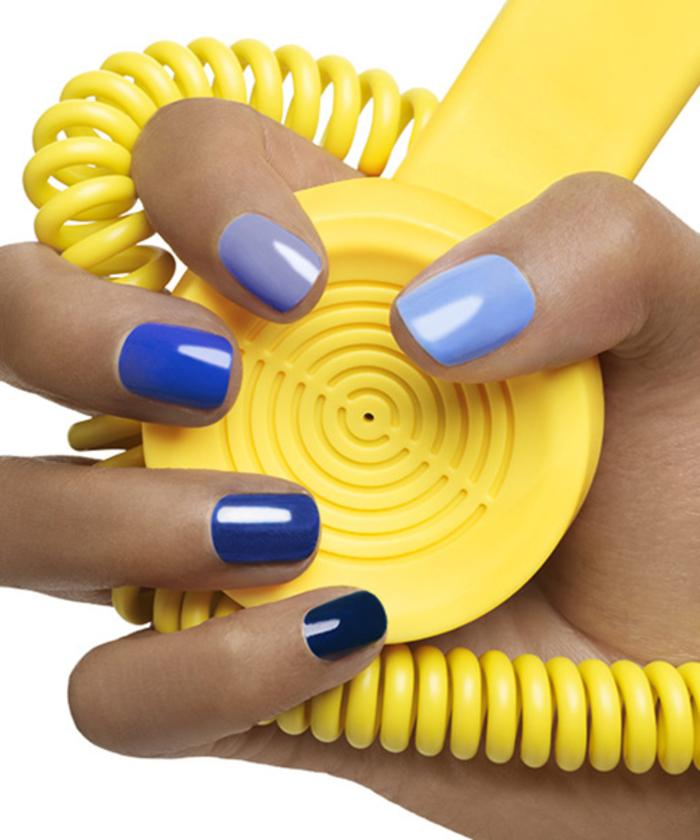 Sommernägel, blauer Nagellack, verschiedene Farbentöne, tolle Ideen für Maniküre