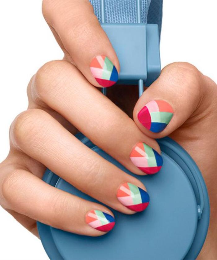 bunte Fingernägel, coole Sommermaniküre, Kombination von sechs Farben