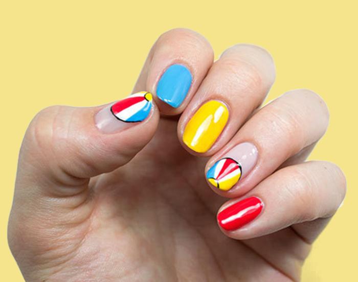 Jeder Nagel in verschiedener Farbe, schlichte Fingernägel mit toller Dekoration, Strandstimmung