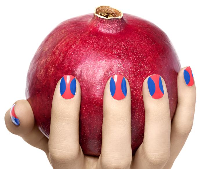 schöne Fingernägel, Rot und Blau kombinieren, schlichte Nägel mit toller Dekoration, Sommerideen