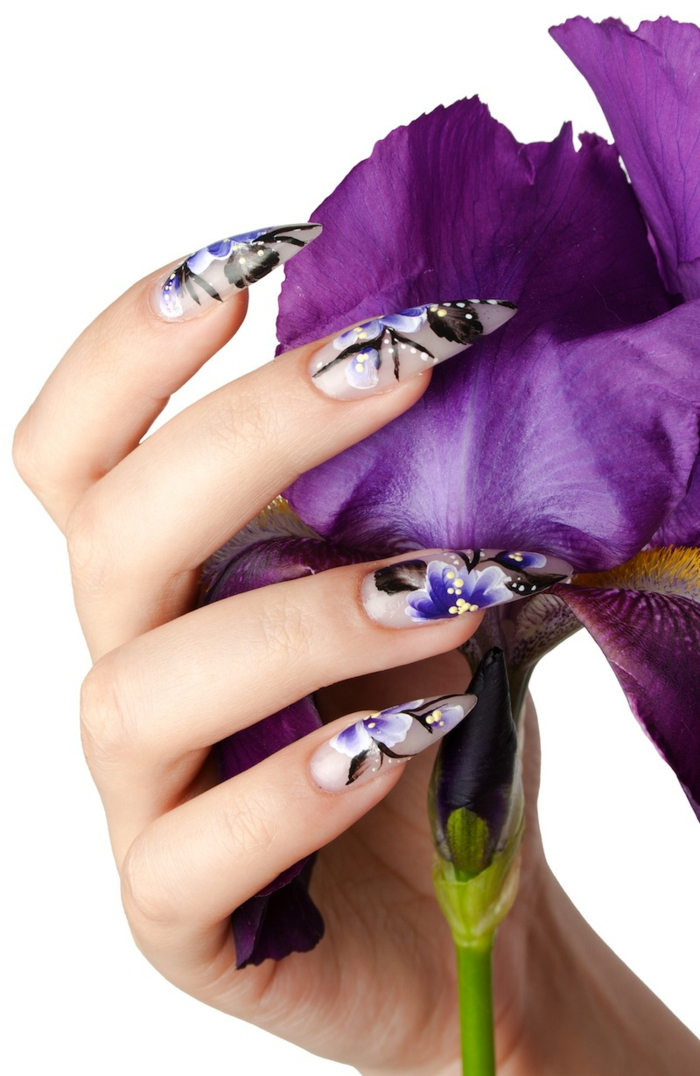 nägel spitz design ideen lila blumen weiße blumen spitze nägel nageldesign mit gemalten blumen