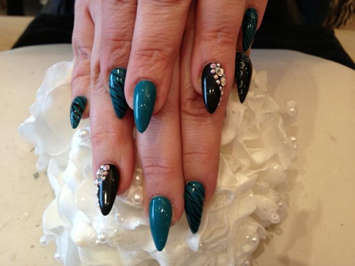 spitze fingernägel ideen dekorationen nageldesign mit steinen auf schwarze und dunkelgrüne nagelplatte