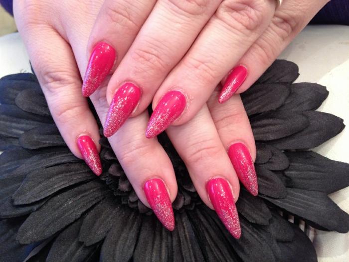 spitze fingernägel rosa rote spitzen nägel nagellack design mit glitzer und dekorationen schwarze blume
