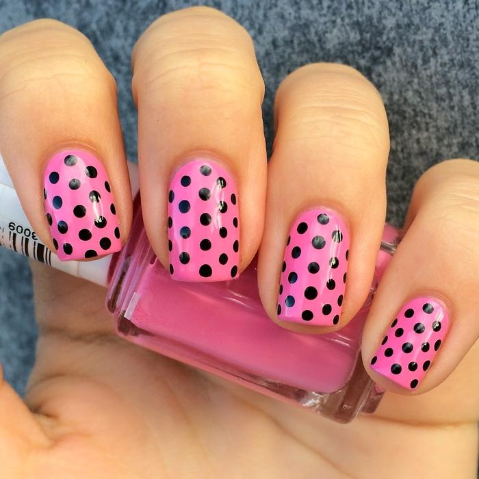 effektvolle Maniküre, rosa Hintergrund, schwarze Pünktchen, Sommer Nageldesign