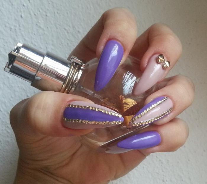 spitze fingernägel design ideen in lila und beige kombiniert mit goldenen steinen parfümflasche schleife deko