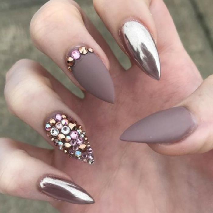 nägel spitzförmig beige mattfarbe mit steinen ein nagel nurr mit steinen und metallische glitzernde effekte