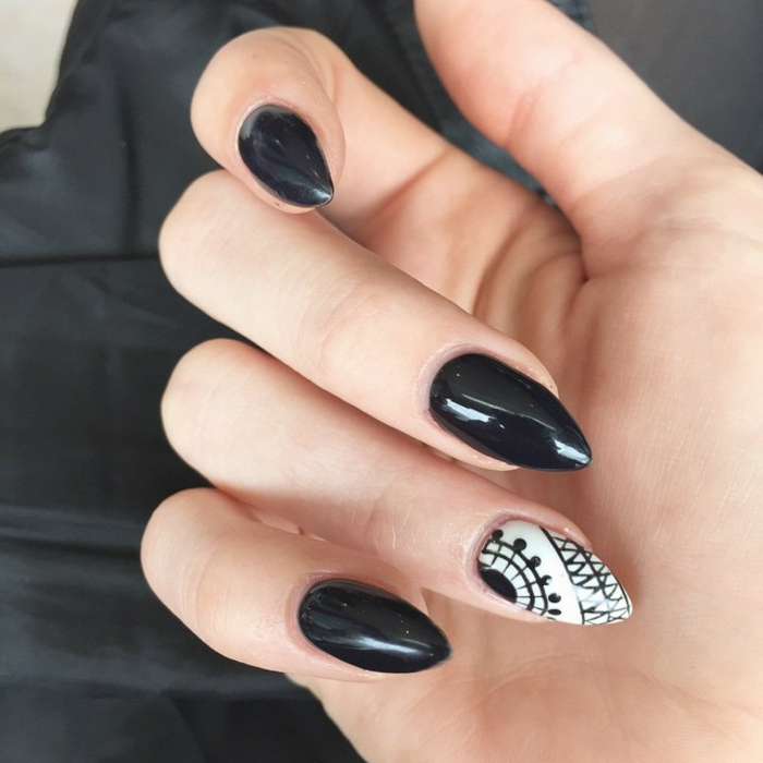kunstnägel spitz ideen schwarze nägel und ein weißer nagel mit schwarzen dekorationen linien und punkte