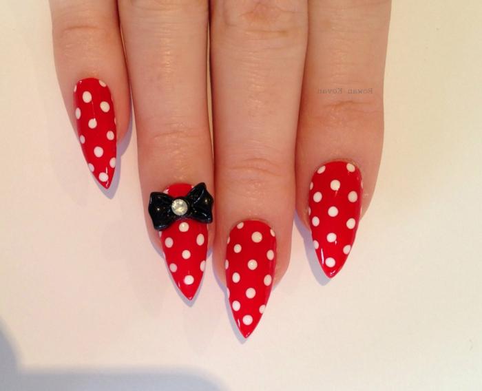 nägel spitz spitzförmige designideen rote nägel gepunktet mit einer schwarzen schleife und perlen steinen
