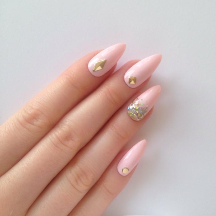 nägel spitz design ideen hellrosa farbe nagellack mit steinen und glitzernden elementen goldene deko für nägel