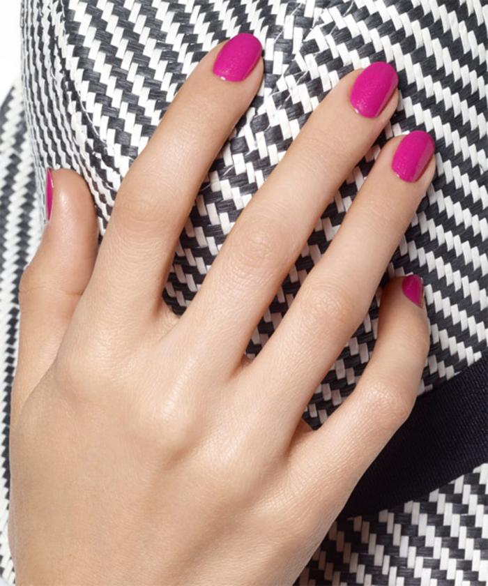 violetter Nagellack, schlichte und schöne Fingernägel, Ideen für Sommer Nageldesign