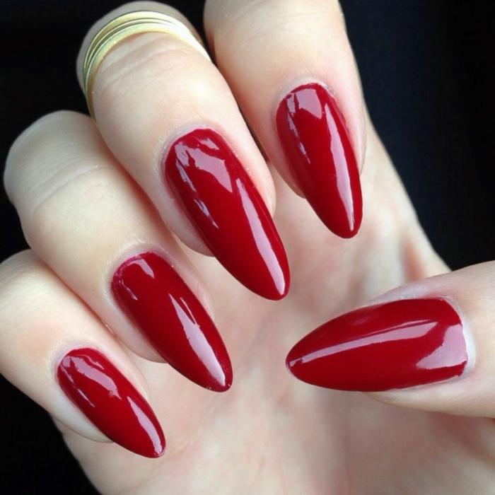 gelnägel spitz in roter farbe elegant glänzend schön mit goldenen ringen kombinieren tolle ideen frauen