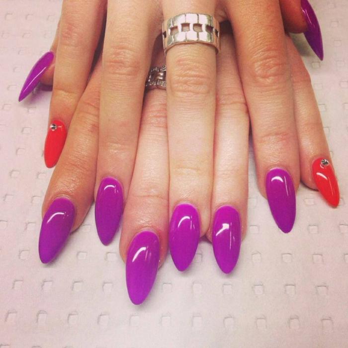 gelnägel spitz lila und rot glänzende farben dekoriert mit steinchen ringe schöne ausführung ideen