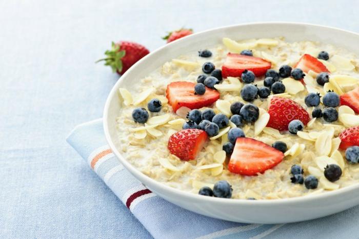 haferflocken zum frühstück satt bleiben bis zum mittagessen gesundes essen gesunde kohlenhydrate am morgen einnehmen