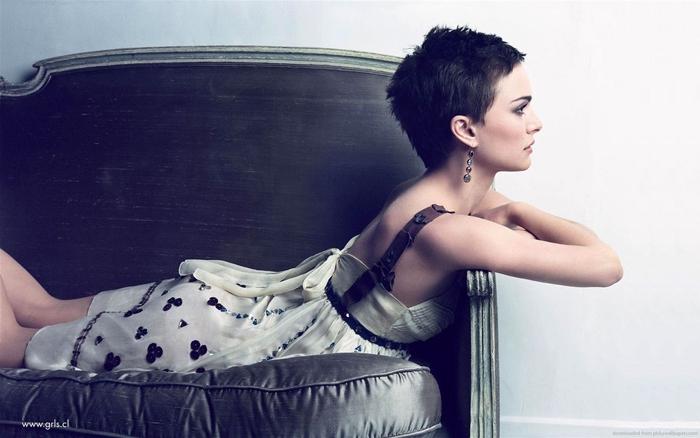 Natalie Portman, Ideen für moderne Kurzhaarfrisuren, schwarze Haare, praktischer Haarschnitt