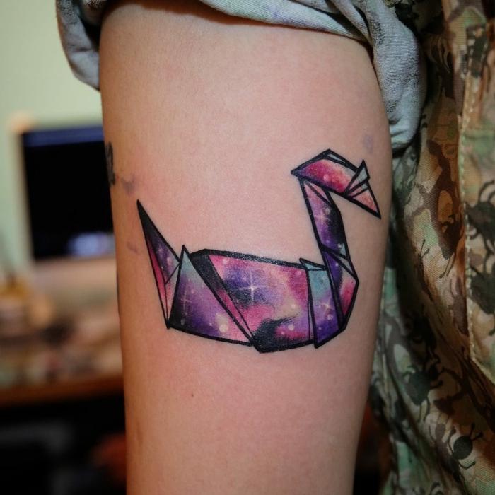 das ist eine unserer ideen für einen tattoo mit origami motiven - ein kleiner bunter origami vogel und sterne