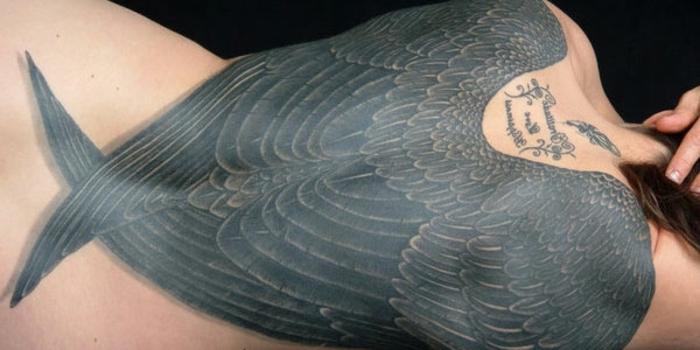 schwarze große engelsflügel mit schwarzen federn - idee für einen tollen tattoo engel
