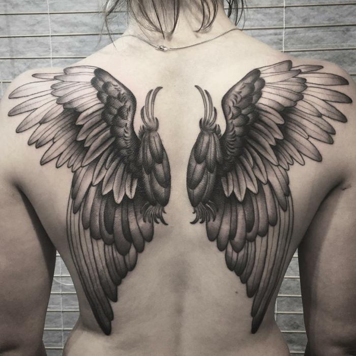 hier finden sie noch eine idee für einen tattoo engelsflügel für die damen - ein tattoo mi zwei schwarzen flügeln