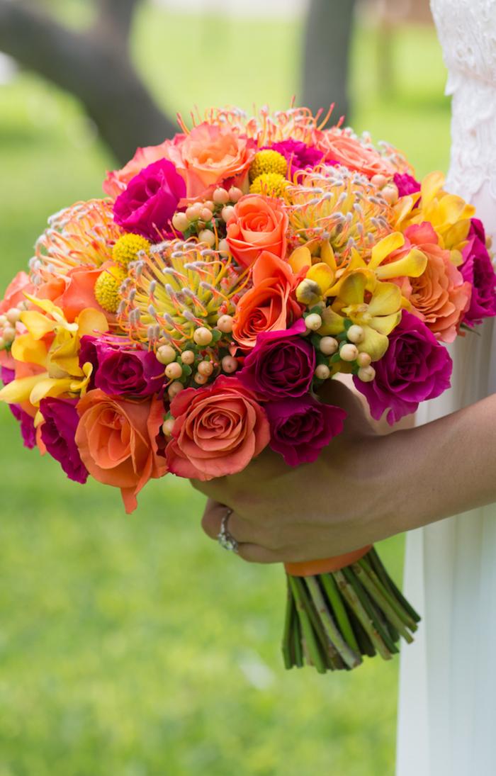 runder Hochzeitsstrauß, vielfältige Blumen, sehr frisch und schön, Sommerhochzeit