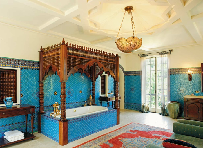 orientalisch einrichten ideen für ein tolles bad design badewanne hängende lampe fliesen teppich im bad