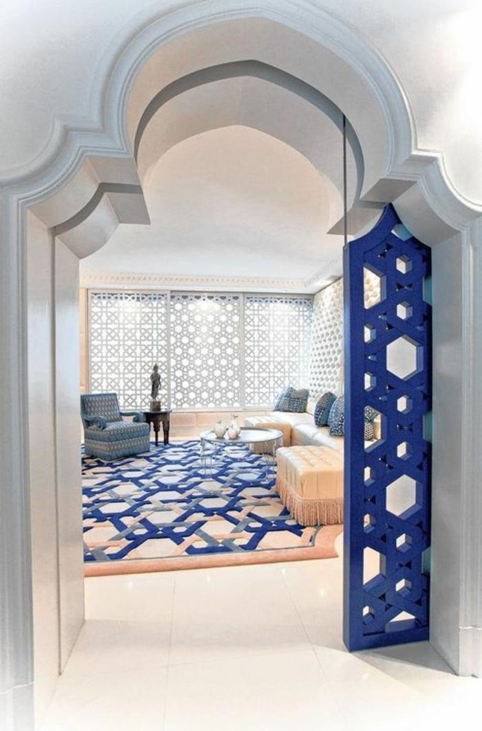 orientalische dekoration in blauer farbe weißer hintergrund dekorativer teppich persischer teppich raumteiler blau