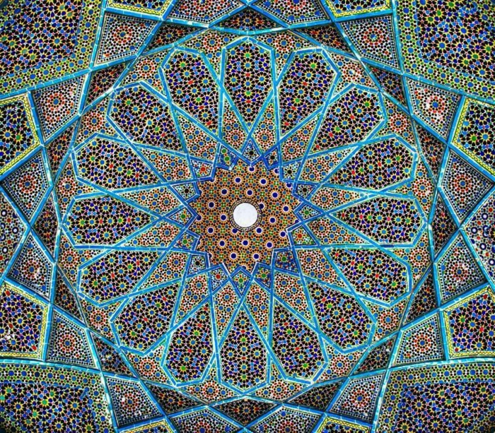 orientalische dekoration mandala aus fliesen boden oder decke ideen in bunten farben blau grün deko weiß im zentrum hypose