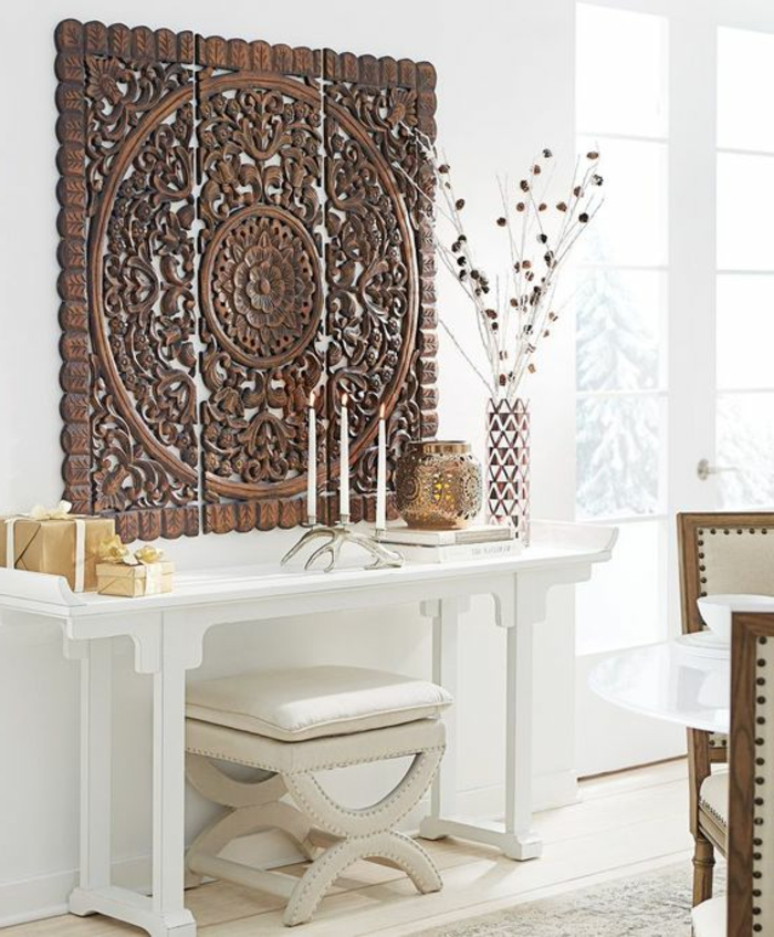 orientalische deko authentische deko stücke weißes regal viele kerzen vase mit künstlichen blumen mandala wanddeko hölzern