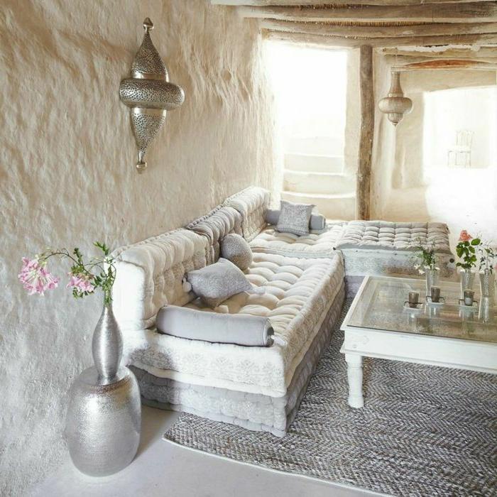 orientalische deko schlichter beduinen stil in weiß silbern metallic sessel grauer teppich blumen in vase wandlampe