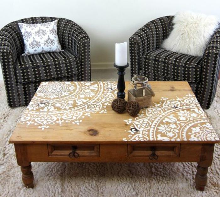 orientalische lampe kerze auf dem tisch mandala dekorationen in weiß auf dem tisch zwei sessel mit flauschigen kissen