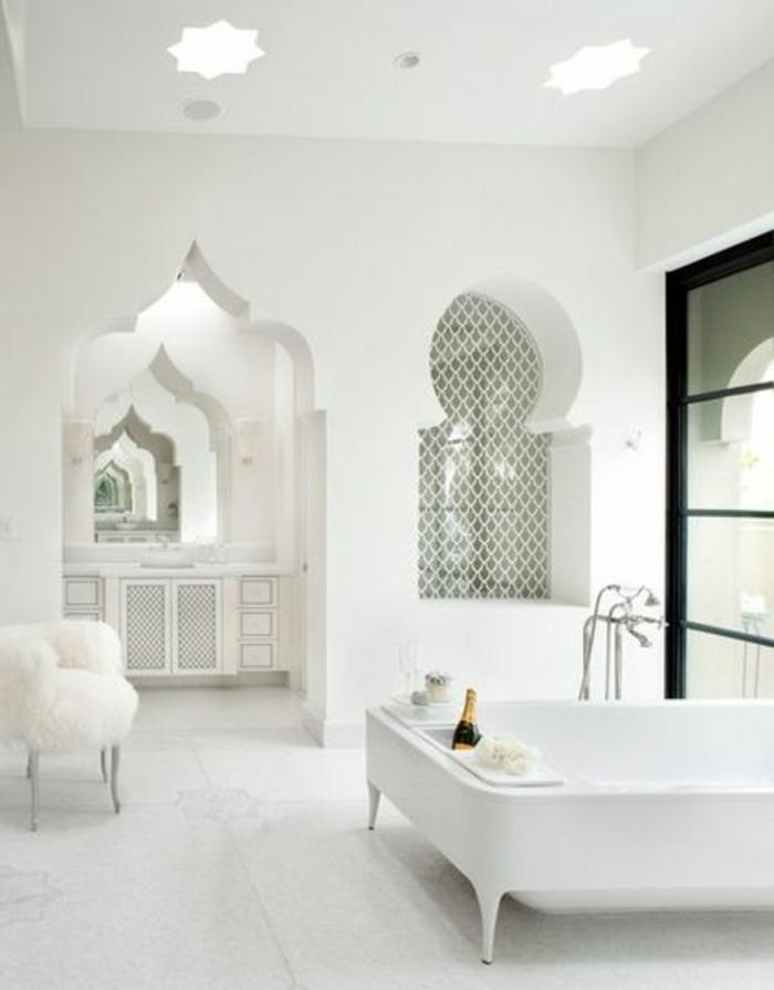 orientalische lampe im bad elegantes baddesign in weißer farbe wanddeko badewanne sessel tisch flauschig luxus pur