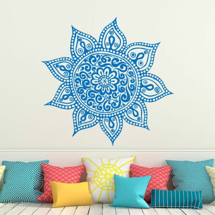 orientalische lampe dekorationen für das zuhause blaue mandala malerei an der wand bunte kissen design ideen