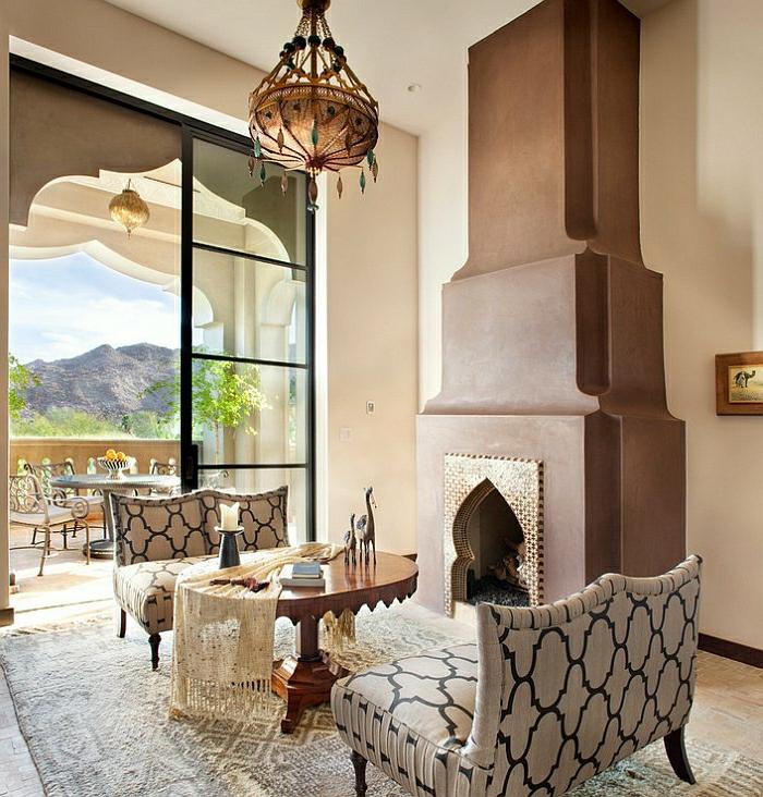 orientalische deko ideen zum gestalten kamin mit goldenen dekorativen gitter detaile sessel tisch tischdeko kerze