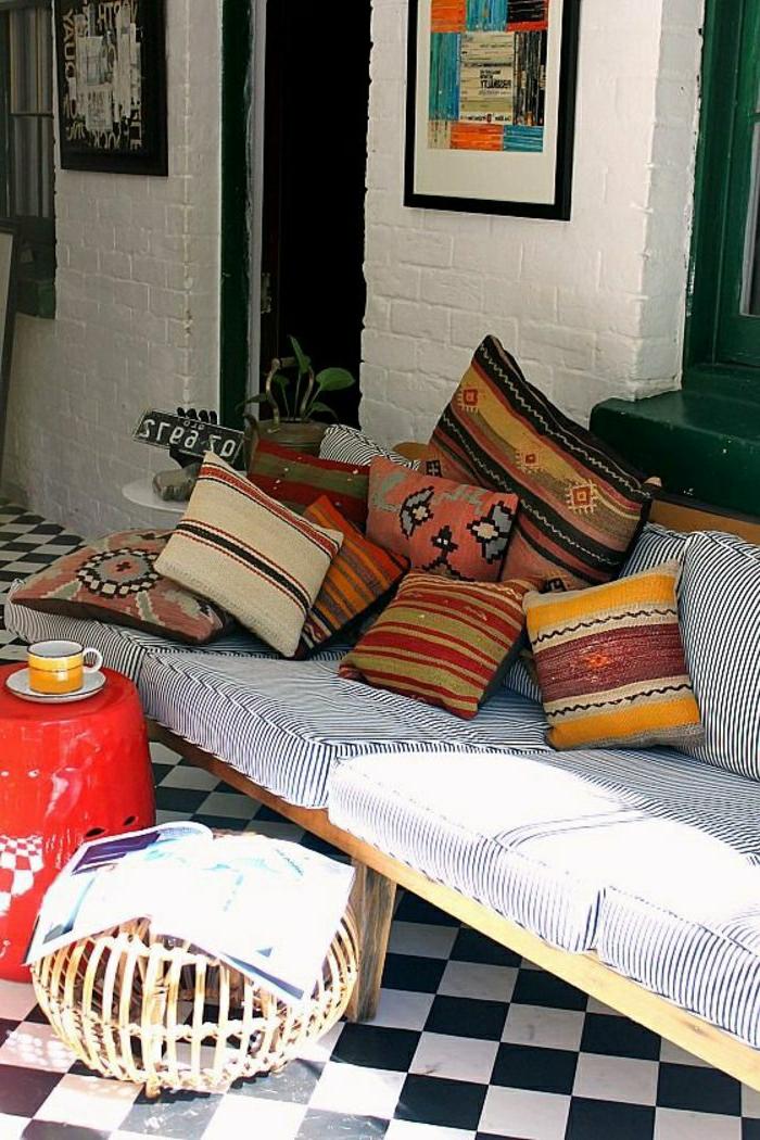 orientalische hängelampen sofa kissen bunte dekoration im zimmer sofa weiß und blau kaffeetisch deko wanddeko