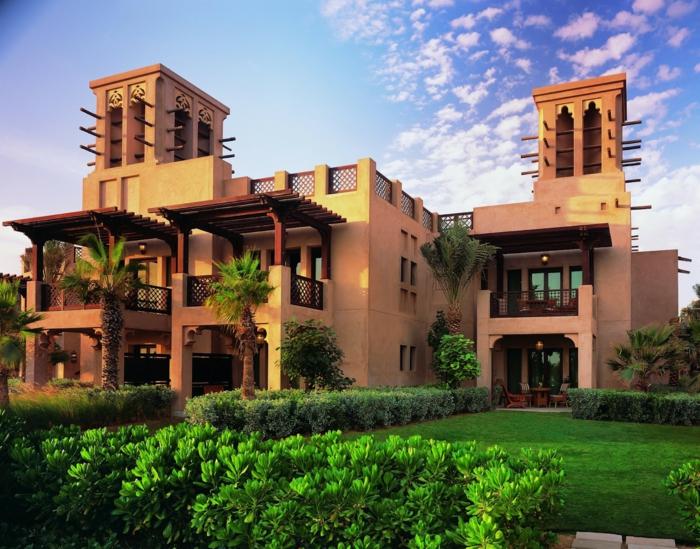 orientalische deko in dem zuhause luxusvilla in den arabischen ländern haus mit garten palmen stein holz gitter