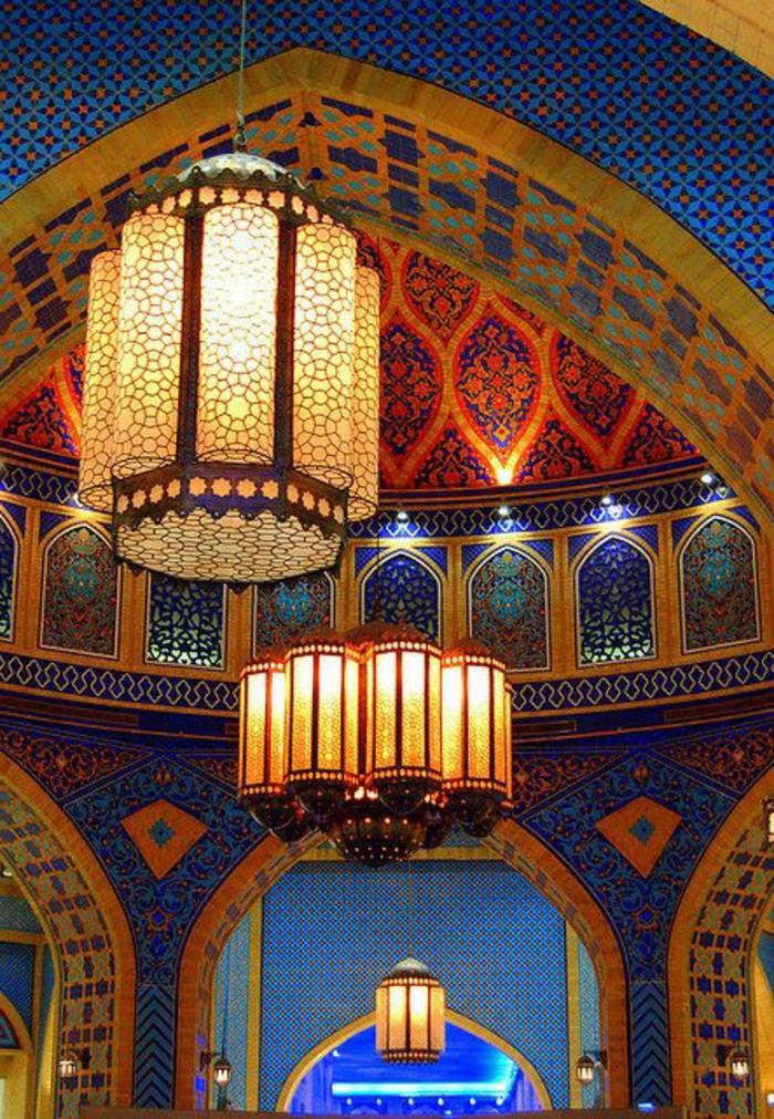deko orientalisch bnte farben an den wänden große lüstern lampen blaue farbe mit rotem kombinieren gelb grün