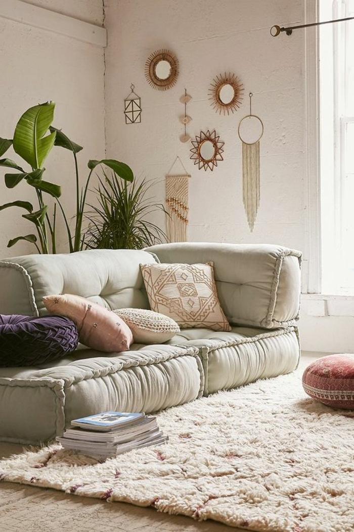 deko orientalisch weiches sofa mit vielen kissen mandala muster deko wanddeko spiegel schmuck teppich
