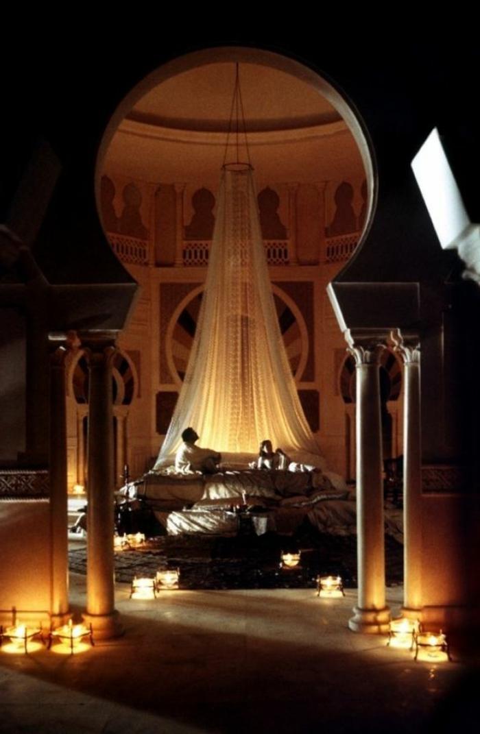 orientalische hängelampen tolles design im schalfzimmer viele kerzen auf dem boden vorhänge baldachin bett