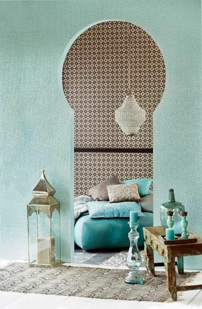 orientalische hängelampen im schlafzimmer bett mit vielen kissen interieur design in blau grün türkis lampe deko
