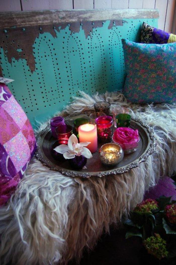 orientalische möbel pelzteppich weich beige farbe türkis bunte kissen lila rosa zyklame kerzen ochrid tablett