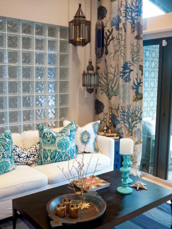 orientalische möbel design ideen weißes sofa dekokissen in weiß blau und grün vorhänge hängende laternen