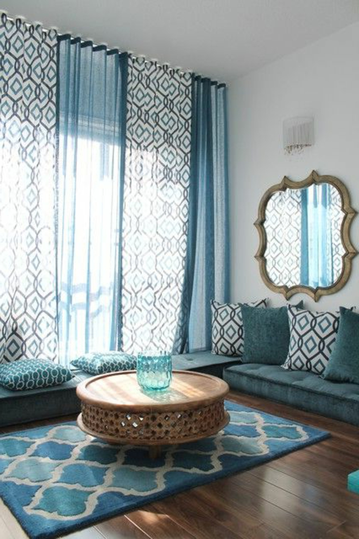 orientalische deko ideen für das zuhause spiegel hängend an der wand runder tisch vase tischdeko bunte vorhänge