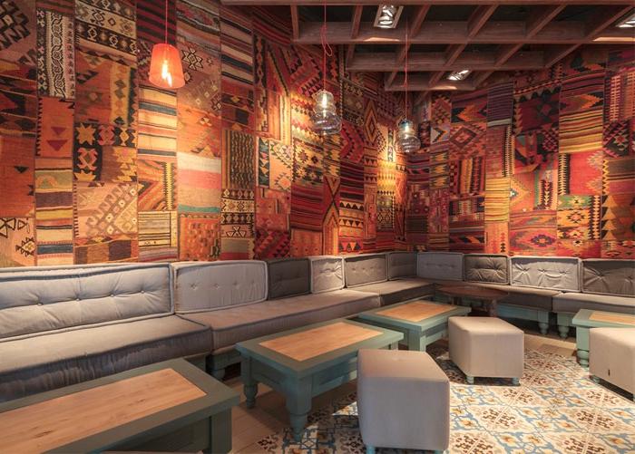 orientalische möbel wanddeko wandteppiche bunte dekorationen für die wände tische hocker sofa deko