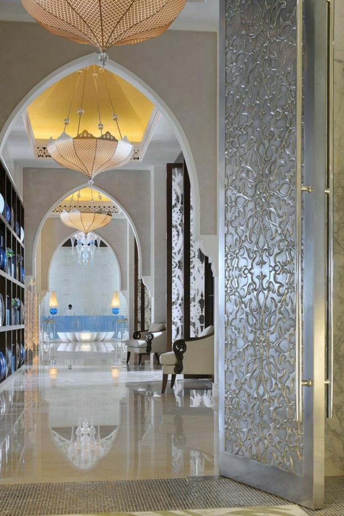 orientalisch wohnen deko luxus pur tolle ideen badezimmer große tür lampen lüster glänzender boden idee