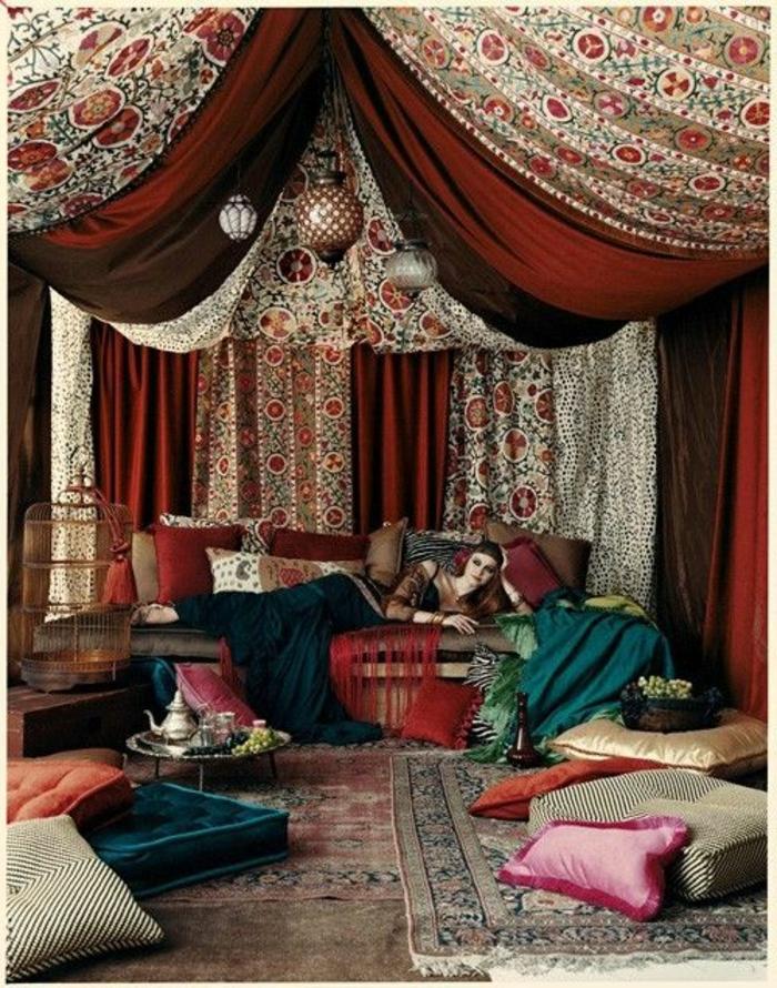orientalisches zimmer exotik im eigenen zuhause hinzufügen dekorationen authentizität frau liegt auf dem sofa
