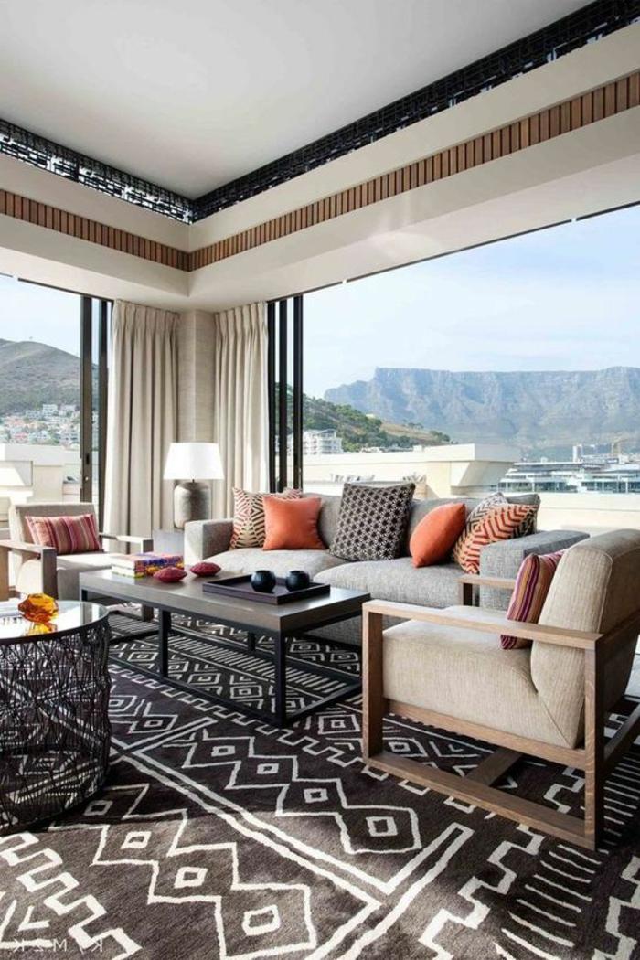 orientalische elemente im großen zimmer teppich in schwarz und weiß sofa sessel kissen deko fenster ideen