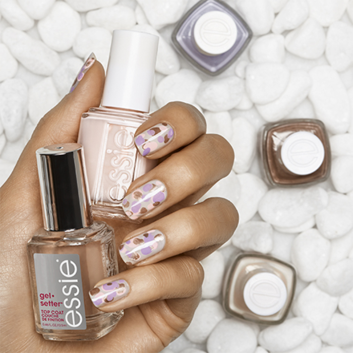 schlichte Fingernägel mit schöner Dekoration, Kombination von vier Farben, tolle Maniküre für den Sommer