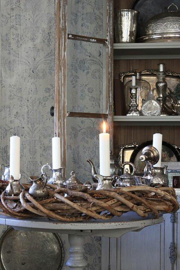 graues Zimmer - vintage Geschirr in silberner Farbe, einen Adventskranz